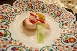 テーブルの上に食べ物のプレートの写真・画像素材[1020688]
