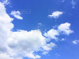 空には雲のグループの写真・画像素材[1126632]