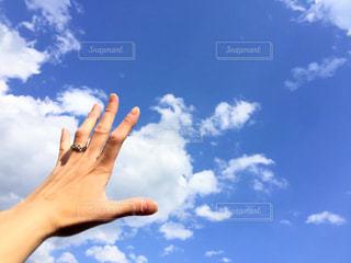 曇りの日に空気を通って飛んで人の写真・画像素材[1126635]
