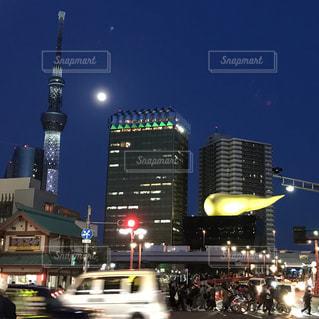 街の通りは夜のトラフィックでいっぱいの写真・画像素材[1137625]