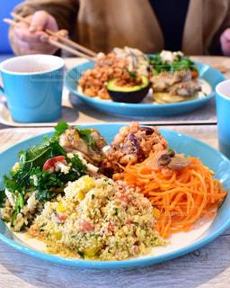 テーブルの上に食べ物のプレートの写真・画像素材[950470]