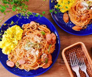 テーブルの上に食べ物のプレートの写真・画像素材[999493]