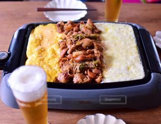 テーブルの上に食べ物のプレート - No.999494