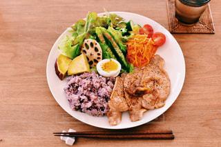 木製のテーブルの上に食べ物のプレートの写真・画像素材[999495]