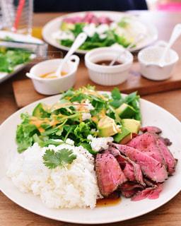 テーブルの上に食べ物のプレートの写真・画像素材[999496]