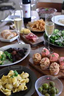 テーブルの上に食べ物の束の写真・画像素材[1599700]