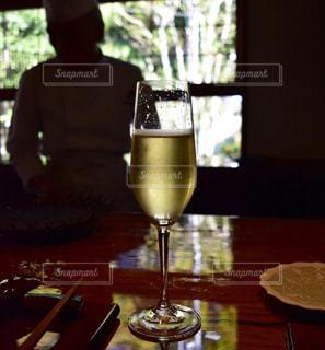 ワイングラスを持つテーブルに着席した人の写真・画像素材[1660495]