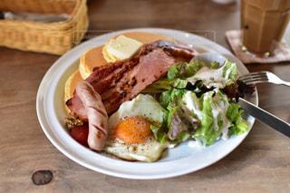 テーブルの上に食べ物のプレートの写真・画像素材[1761618]