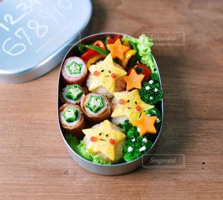 木製のテーブルの上に食べ物の写真・画像素材[1804512]