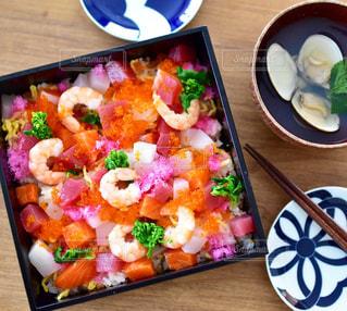 テーブルの上に食べ物のトレイの写真・画像素材[1804513]