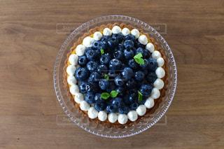 木製のテーブルの上のケーキの写真・画像素材[2275720]