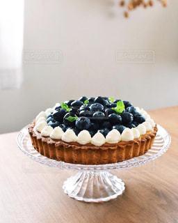 テーブルの上に置かれたケーキの写真・画像素材[2275721]