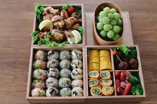 テーブルの上に異なる種類の食べ物で満たされた箱の写真・画像素材[2468802]