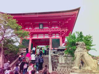 清水寺の前に立っている人々 のグループの写真・画像素材[1919157]