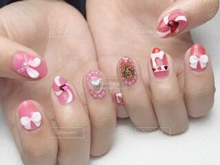 ピンクの歯ブラシを持つ手の写真・画像素材[4346849]
