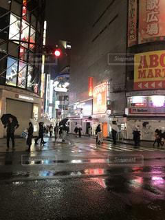 雨の夜に通りを歩く人々の写真・画像素材[1046478]