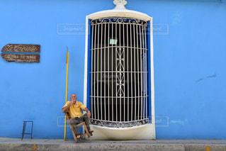 建物の前に立っている人の写真・画像素材[854734]