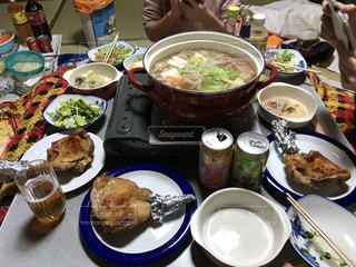 食品のプレートをテーブルに座っている人々 のグループの写真・画像素材[789292]