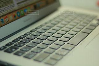 近くにコンピューターのキーボードのの写真・画像素材[1101736]