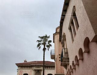 大規模なれんが造りの建物の側にクロック タワーします。の写真・画像素材[1129643]