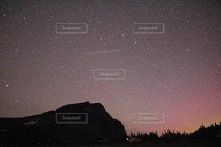 ある山と星空の写真・画像素材[728326]