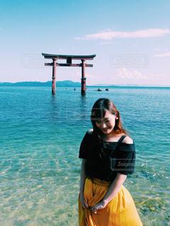 水の体の前で立っている女性 - No.742583
