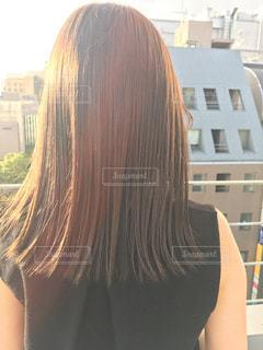建物の前に立っている女性の写真・画像素材[844298]
