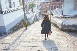 建物前の歩道を歩く人の写真・画像素材[1022608]
