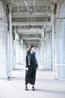 建物の前に立っている女性の写真・画像素材[716793]