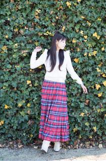 草の中に立っている少女の写真・画像素材[719882]
