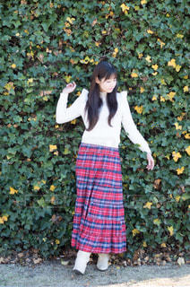 草の中に立っている少女の写真・画像素材[719883]