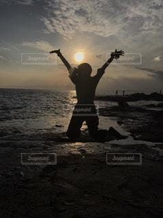 ビーチで空気を通って飛んで男の写真・画像素材[755932]