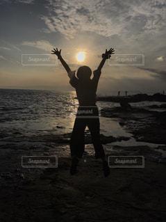 水の体の横に立っている人の写真・画像素材[755933]
