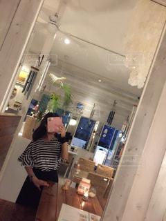 冷蔵庫の前に立っている男の写真・画像素材[755937]
