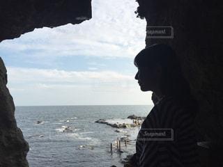 水の体の横に立っている人の写真・画像素材[755992]