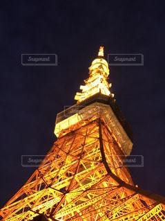大きな時計塔が夜ライトアップ - No.788653