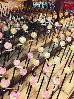 木製のテーブルの周りに座って人々 のグループ - No.788676