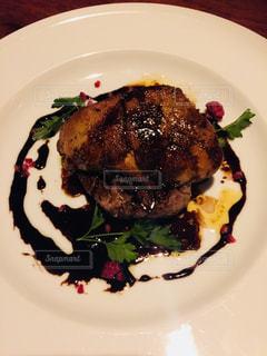 肉と野菜をトッピング白プレートの写真・画像素材[916961]