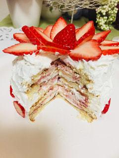 近くに皿の上のケーキのスライスのアップの写真・画像素材[938007]