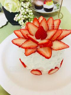テーブルの上のケーキをのせた白プレートの写真・画像素材[938010]