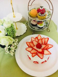 テーブルの上のケーキをのせた白プレートの写真・画像素材[938013]