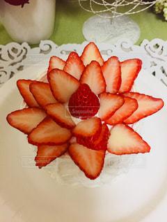 半分に切ると白い皿の上のケーキのスライス - No.938015