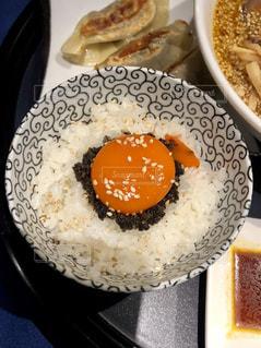テーブルの上に食べ物のプレート - No.1001188