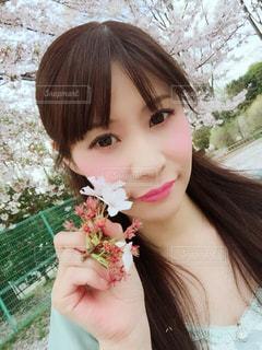 花を食べる女の写真・画像素材[1031649]