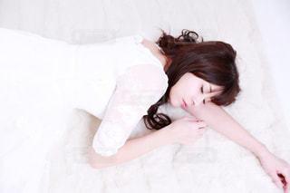 ベッドの上で横になっている少女の写真・画像素材[1031656]