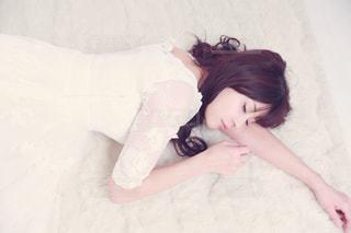 ベッドの上で横になっている少女の写真・画像素材[1031657]