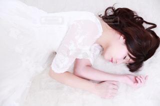 ベッドの上で横になっている人 - No.1031660