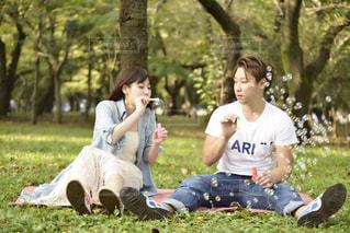 公園で座っている人々 のグループの写真・画像素材[1240994]