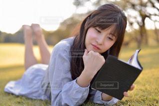 ノート パソコンの上に座って女性の写真・画像素材[1587299]