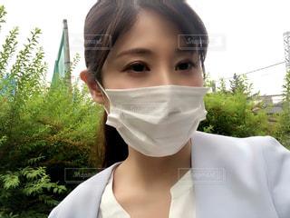 白いシャツを着た少女のクローズアップの写真・画像素材[3211582]